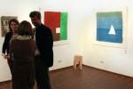 """Drei Werke von mir: Rechts: Weißes Dreieck (Handgeschöpftes Papier, flüssig verarbetet)  Links: Weißes Quadrat  Mitte: """"Kettensäge (Holzhocker)"""
